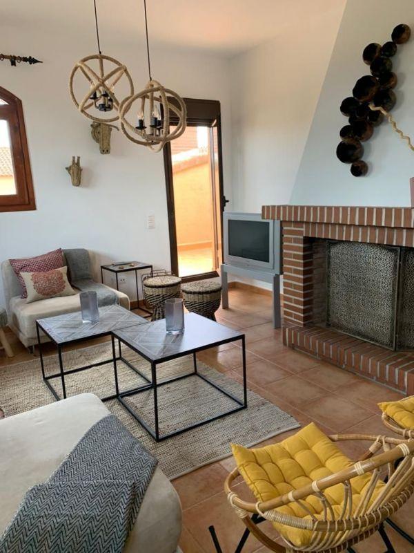 salón con chimenea del alojamiento rural