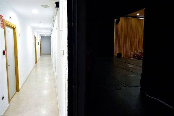 Parte del escenario junto instalaciones situadas tras el mismo.